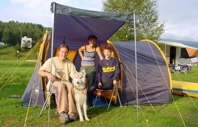 Camping mit Hund vor Zelt